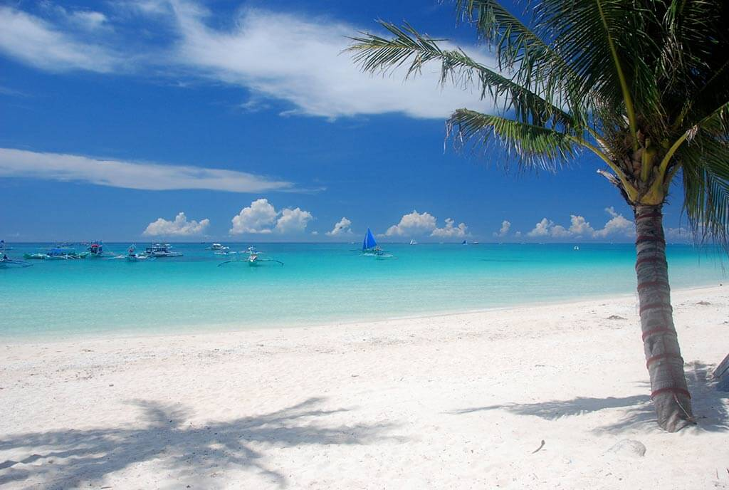White Beach, Boracay - by Trent Strohm / Flickr.com