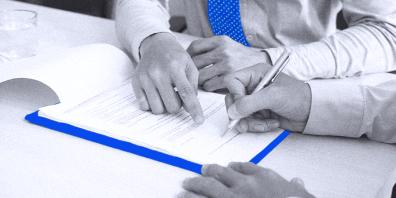 foto-de-pessoas-assinando-documentos-para-vender-sua-empresa