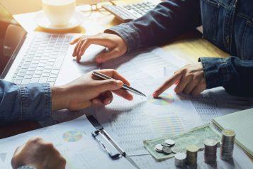 foto-de-pessoas-analisando-relatorios-para-ressaltar-a-importancia-da-avaliacao-de-empresas