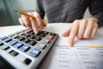 foto-de-pessoa-calculando-o-metodo-contabil-em-sua-calculadora-a-partir-de-um-balanco-patrimonial