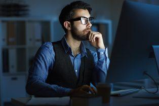 foto-de-homem-diante-de-seu-computador-pesquisando-as-perspectivas-para-2020