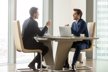 foto-de-casal-de-homens-conversando-sobre-uma-sociedade-entre-conjuges