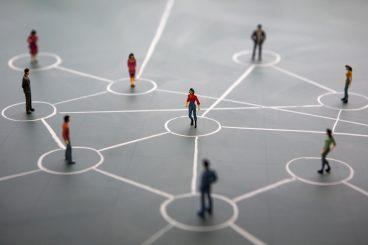 pessoas-interligadas-por-linhas-representando-networking