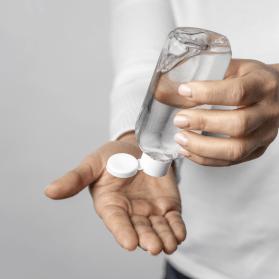 foto-de-pessoa-usando-alcool-gel-nas-maos-para-se-previnir-do-coronavirus