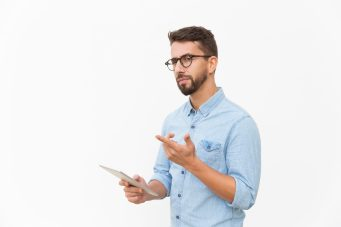 foto-de-homem-se-questionando-a-relacao-entre-covid-19-e-a-venda-de-empresas