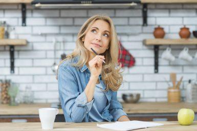 foto-de-mulher-em-uma-cozinha-pensando-porque-quer-vender-seu-restaurante