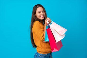 foto-de-mulher-com-sacolar-na-mao-representando-a-venda-na-jornada-do-cliente