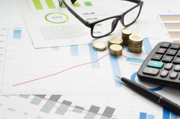 foto-de-graficos-relatorios-dinheiro-calculadora-e-oculos-simbolizando-o-planejamento-de-credito-como-um-dos-reflexos-da-pandemia-nos-pequenos-negocios