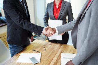 foto-de-duas-pessoas-dando-as-maos-em-sinal-de-negociacao-a-respeito-de-linhas-de-credito