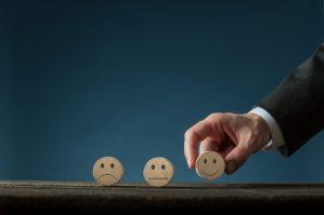 foto-de-tres-carinhas-uma-triste-uma-feliz-e-uma-meio-termo-para-ilustrar-cenario-otimista-pessimista-e-moderado-como-um-dos-metodos-de-avaliacao-de-startups