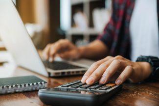 foto-de-pessoa-usando-a-calculadora-para-avaliar-uma-empresa