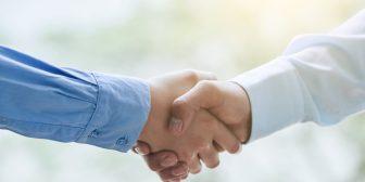 foto-de-pessoas-dando-as-maos-em-sinal-de-negociacao-como-uma-das-metodologias-para-calcular-o-valor-de-uma-marca