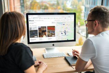 foto-de-duas-pessoas-analisando-os-anuncios-do-site-BuyCo.-de-compra-e-venda-de-empresas