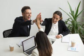 foto-de-tres-pessoas-comemorando-apos-usar-site-de-compra-e-venda-de-empresas