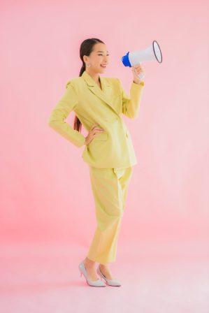 foto-de-pessoa-com-megafone-na-mao-anunciando-empresa-para-vender-bem