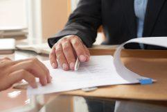 foto-de-pessoas-analisando-documentos-durante-processo-de-m&a