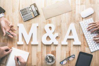 foto-de-mesa-escrito-m&a-no-centro-para-ilustrar-artigo-sobre-mercado-de-m&a