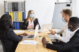 foto-de-pessoas-reunidas-com-mascara-para-analisar-o-mercado-de-m&a-na-pandemia