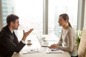 foto-de-vendedor-ouvindo-comprador-para-evitar-erros-quando-for-vender-uma-empresa