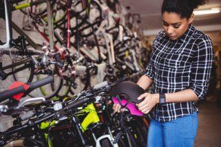 foto-de-mulher-diante-de-bicicletas-para-ilustrar-artigo-sobreo-mercado