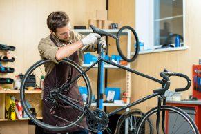 foto-de-homem-consertando-bicicleta-para-ilustrar-artigo-sobre-o-mercado