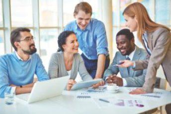 empresarios-reunidos-pensando-sobre-como-dividir-cotas-de-empresa
