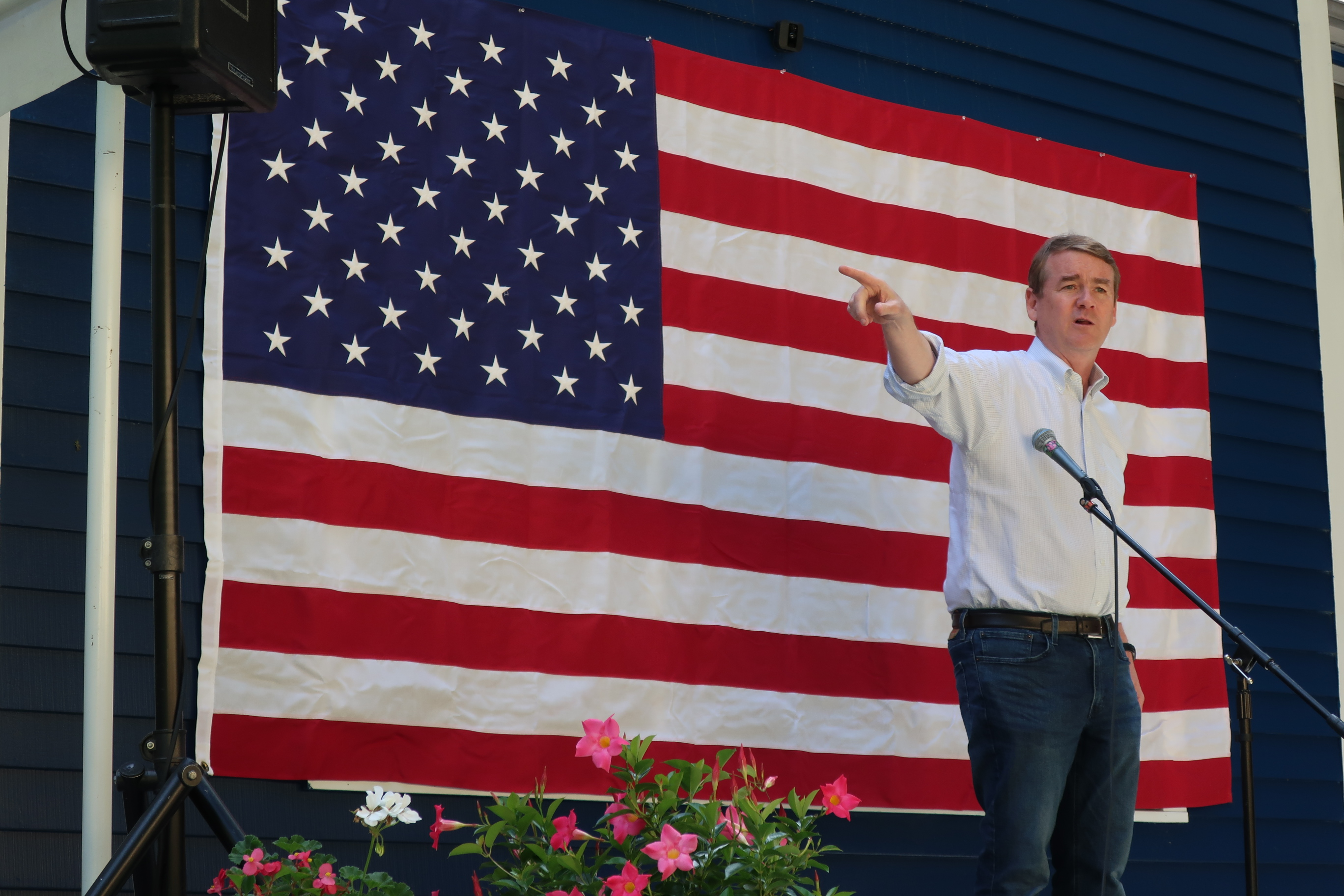 Sen. Bennet campaigns in New Hampshire.
