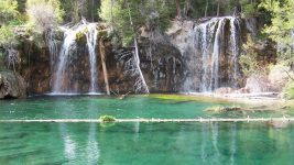 Hanging Lake and its log. (Joshua Hicks/Wikimedia Commons/CC BY-SA 3.0)