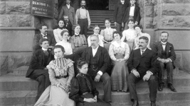 Portrait of Mercantile Library and Denver Public Library staff on the stone steps of the Chamber of Commerce Building sometime between 1899 and 1905 after the organizations consolidated. (Percy E. Brooks/Western History & Genealogy Dept./X-19516)