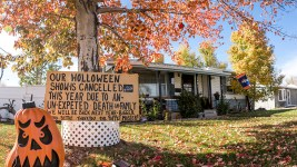 """A cancellation sign in front of Johnny """"the Puppetmaster"""" Sandoval's Mar Lee home a week before Halloween. Oct. 24, 2017. (Kevin J. Beaty/Denverite)  denver; colorado; denverite; kevinjbeaty; mar lee; halloween; odd spots; haunted house;"""