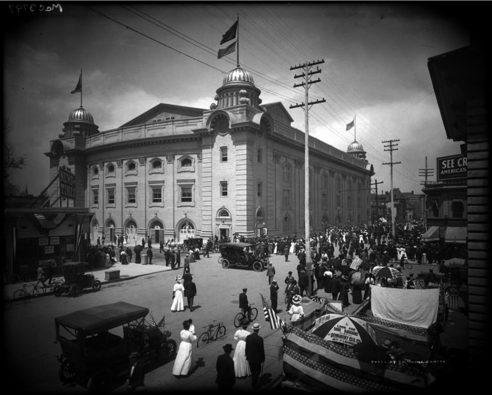 Crowds begin to assemble outside the 14th and Champa streets corner of the Auditorium during the 1908 Democratic National Convention. (Denver Public Library/Western History & Genealogy Dept./Rocky Mountain News Photograph Collection/RMN-054-2168)