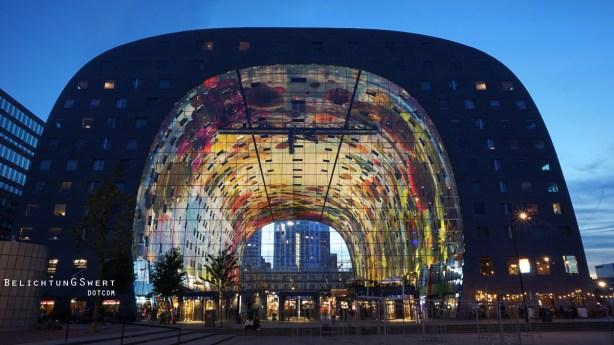 Die Markthalle bei Nacht.