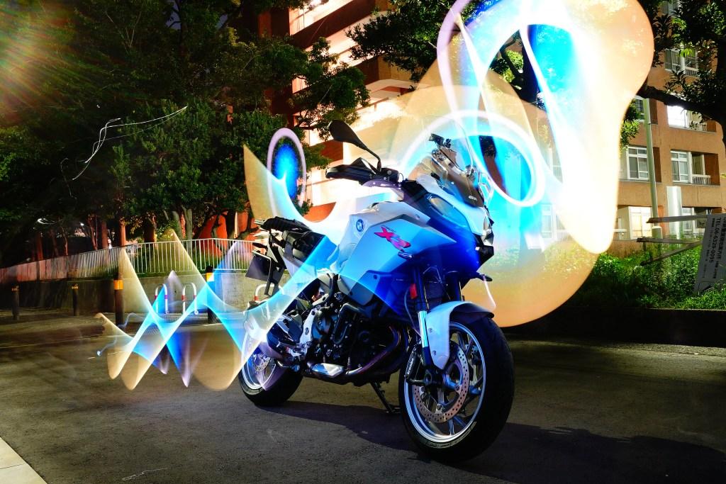 夜間の撮影で光のアートF900XR