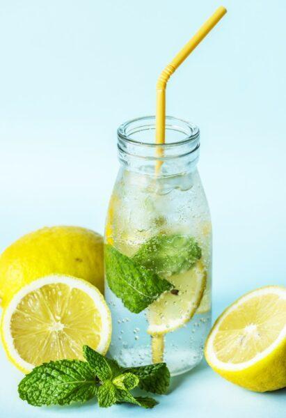 tomar agua tibia con limon