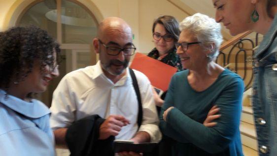 De retour du Chateau de Betz le Maire Philippe Bouyssou entre de Severine Peter, adjointe au maire aux relations internationales et Lamya Kirouani conseillère départementale du 91 et adjointe au président du CD94