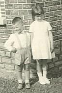 Awel, en gij nu!? Samen met mijn zus op de foto op haar eerste communie (1961)
