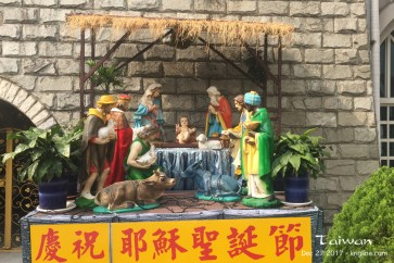 One very rarely sees anything in mainland China related to the historic reason for Christmas: the birth of Jesus. In fact, most Chinese don't even know that the year (now AD 2017) dates back to Jesus' birth. It was nice to see this beautiful Nativity Scene in Taichung.