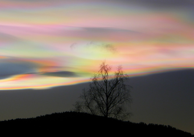 Stunning streaks of light can be seen in the polar regions during winter. Perlamutra mākoņi, CC BY-SA