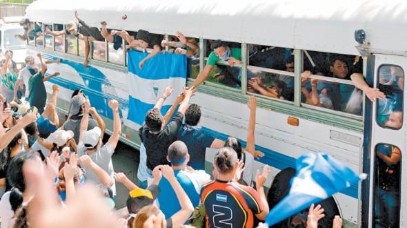 """Estudiantes de Nicaragua denuncian que fueron atacados """"sin piedad"""" por paramilitares"""