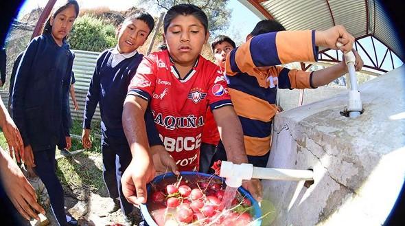 """Delegación del Perú se interesa por la """"cosecha"""" de lluvia en las escuelas"""