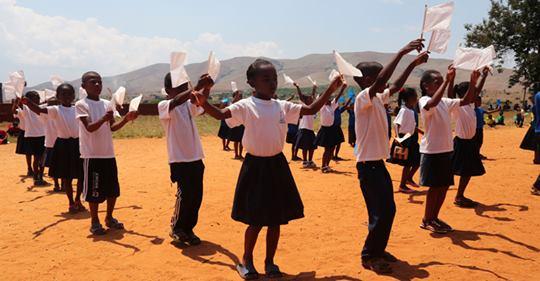Millones de niños refugiados no van a la escuela, nuevo informe de ACNUR