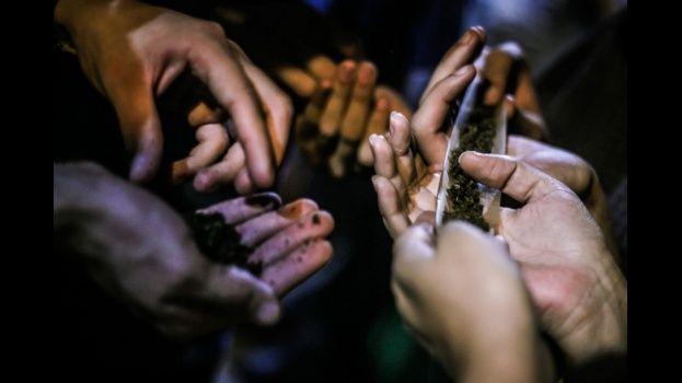 Hallan a 5 estudiantes fumando marihuana en el interior de su colegio