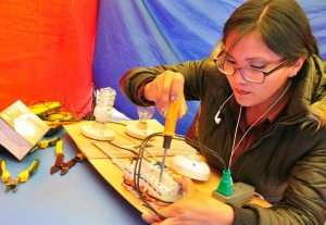 Mujeres practican instalaciones eléctricas
