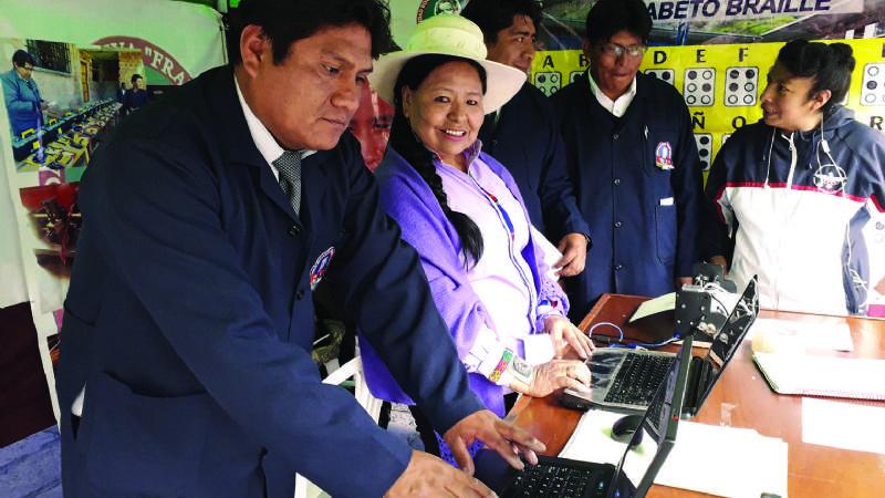 Maestros bolivianos crean la primera impresora braille
