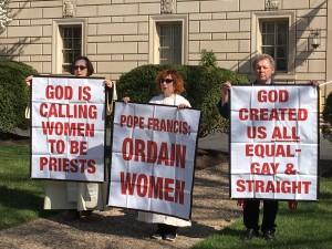 Católica Romana Mujeres Sacerdotes Jane Via y Janice Sevre-Duszynka y Roy Bourgeois en protesta en la Embajada del Vaticano (Foto: John Cooke)