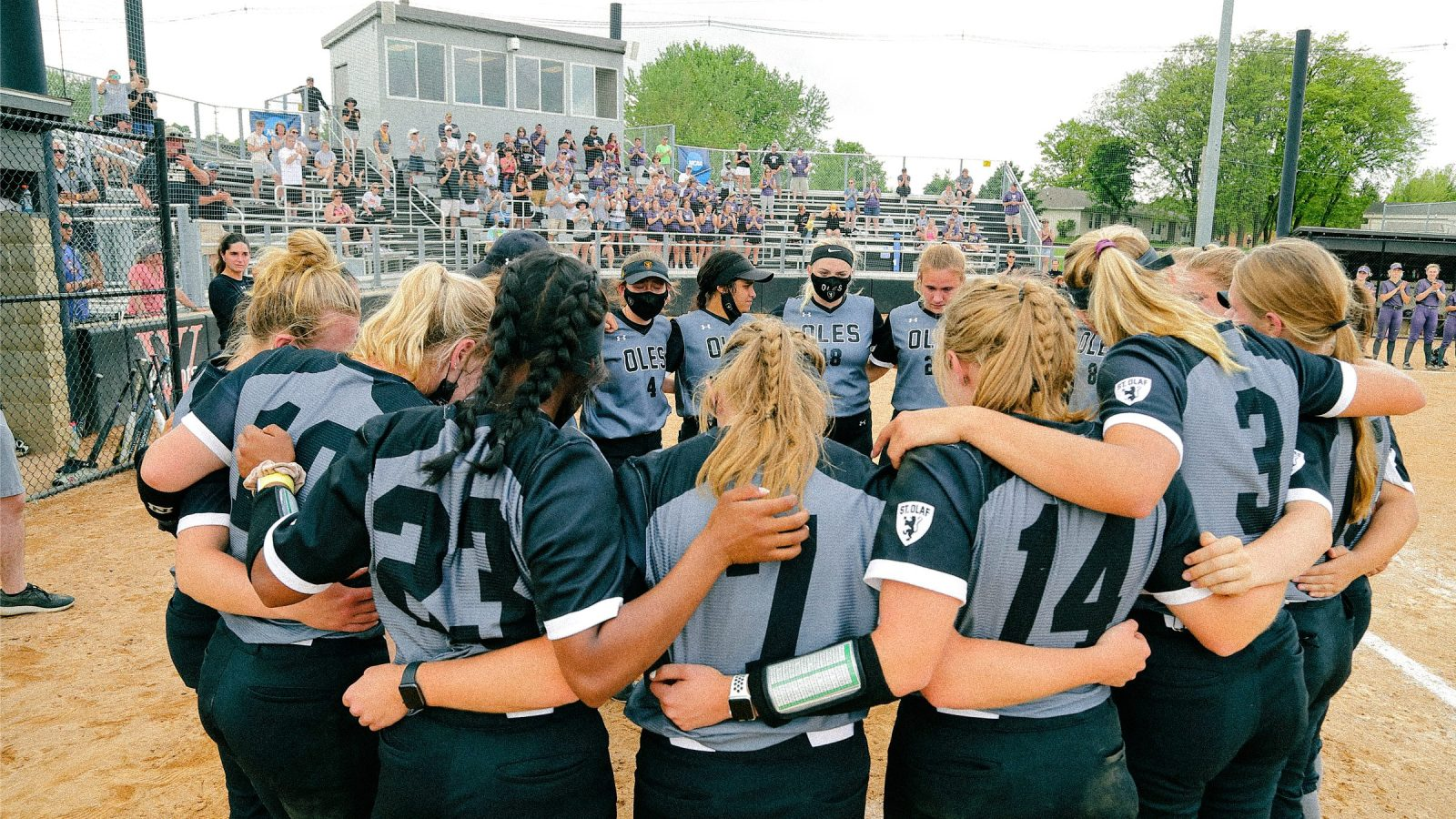 The St. Olaf softball team at the 2021 regional finals in Waverly, Iowa.