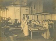 Fábrica de Biscoitos Leal Santos - Funcionárias tirando os biscoitos das formas - Aprox. 1912- 1920.