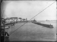 Construção dos Molhes da Barra, embarcações, área do porto antigo antes do aterramento, vista da laguna e da cidade. Final do século IX e início do século XX.
