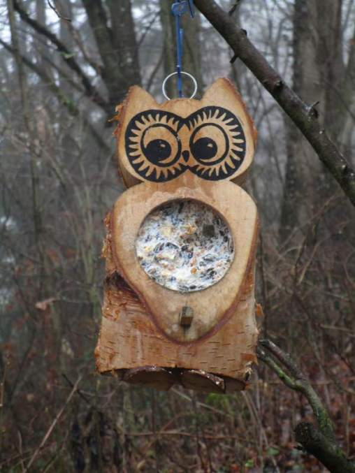 Wieder befüllbare Futtereule aus Holz, © Anke Dornbach