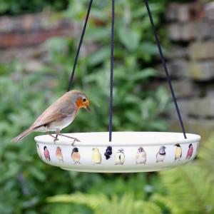 Hängend und frei schwingend montierte Wasserschalen sind sichere Trink- und Badeplätze für Wildvögel, © vivara